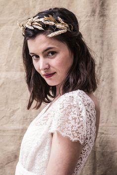 Une couronne d'épis de blé, un peigne piqué de feuilles dorées, un headband fleuri Zoom sur la nouvelle collection, à l'aura champêtre, d'accessoires de…