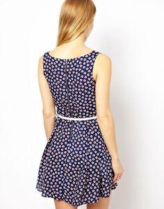 Bild 2 von Yumi – Kleid mit Herzmuster und Gürtel