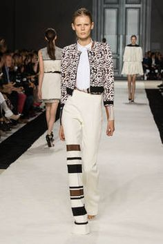 """Giambattista Vallli –   Blousons: """"Die Zukunft in der Vergangenheit finden"""", das wollte Raf Simons mit seiner Dior-Kollektion. Mission geglückt! Auch, weil er den Blouson, der Anfang des 20. Jahrhunderts aus der Fliegerjacke entstanden ist, wie kein anderer interpretiert. flair zeigt die besten Looks vom Runway und den Blouson-Trend zum Nachshoppen."""