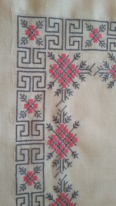 This Pin was discovered by Mih Just Cross Stitch, Cross Stitch Borders, Cross Stitch Flowers, Cross Stitch Designs, Cross Stitching, Cross Stitch Patterns, Crochet Flower Patterns, Bead Loom Patterns, Hardanger Embroidery