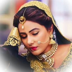 Hina Khan of Yeh Rishta Kya Kehlata Hai shared snaps in Maharashtrian outfit and she easily beats Deepika Padukone and Priyanka Chopra in looks! Indian Makeup, Indian Beauty, Gold Jewelry Simple, Gold Jewellery, Nose Jewelry, Jewellery Designs, Simple Necklace, Jewelry Sets, Jewelery