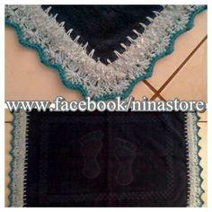 Piso de banheiro azul com barrado em crochê