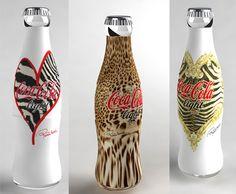 """Co-branding: Estilistas e designers """"vestem"""" a famosa garrafa da Coca-Cola. Patricia Field , estilista do seriado Sex and the City assina esta edição de 4 garrafas da Diet Coke em colaboração com a Coca-Cola da Inglaterra."""