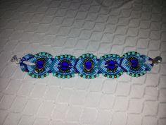 Bracciale in macramé con pietre azzurre