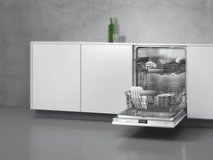 The new basket system of DF 261/260 dishwashers enables effortless loading and emptying with its smooth running rails on two or three levels and over extension on the upper basket.