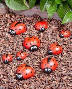 Marienkäfer-Garten-Dekor DIY Garden Yard Art When growing your own lawn Pebble Painting, Pebble Art, Stone Painting, Yard Art, Ladybug Rocks, Ladybugs, Ladybug Garden, Ladybug Decor, Garden Bugs