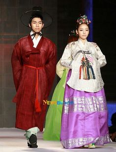 Kara's Hara in a Hanbok fashion show