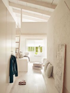 Dormitorio con suelo de pino blanco. Parquet en blanco