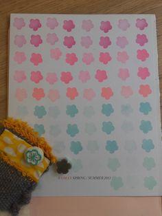 Décembre : douceur. Je suis partie sur des fleurs de cerisiers ^^ J'ai fait ce modèle là et un autre avec pétales plus pointus... plus casse-tête pour le découpage >_< J'ai fait un tampon pour le remplissage et un pour le contour que j'ai fait en embossage doré. Gravure, Contour, Creations, Home Decor, Cherry Blossom, Flowers, Stamp Making, Brain Teasers, Emboss