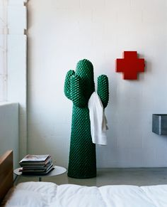 Love this medicine cabinet, especially in combination with the green of the cactus.