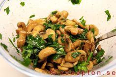 Marinerade champinjoner - Recept på inlagda champinjoner. Mycket gott och enkelt tillbehör till olika maträtter eller på buffébordet.