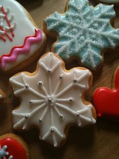 No recipe attached, but many photos of beautiful Christmas cookies. Just to get an idea for decorating sugar cookies Christmas Sugar Cookies, Christmas Sweets, Christmas Cooking, Christmas Goodies, Holiday Cookies, Holiday Treats, Holiday Recipes, Snowflake Cookies, Christmas Eve