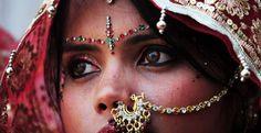 Ένα #κορίτσι κάτω των 15 ετών εξαναγκάζεται να παντρευτεί κάθε επτά δευτερόλεπτα. Κορίτσια ακόμη και 10 ετών υποχρεώνονται να #παντρευτούν άντρες πολύ μεγαλύτερους τους σε χώρες όπως το Αφγανιστάν, η Υεμένη, η Ινδία και η Σομαλία. ------------------------------------------------------------------ #child #girl #marriage #womensright #fragilemagGR http://fragilemag.gr/young-girls-save-the-children/