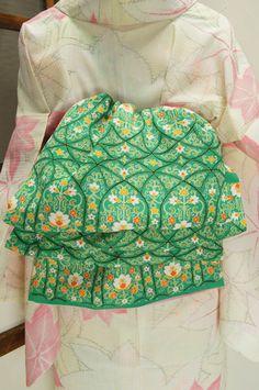 翠玉のような綺麗な緑に西洋の宮殿のような優美な装飾模様が染め出された昔着物の反物を贅沢に使った大人兵児帯です。