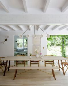Scandinavian-style beach retreat gets radiant makeover in Amagansett This Scandinavian-style beach retreat was transformed into a luminous family home by TBD Architecture and Jessica Helgerson Interior Design, located in Amagansett, New York. Die Hamptons, Country Dining Tables, Dining Room Lighting, Dining Rooms, Wall Lighting, Lighting Ideas, Dining Area, Pendant Lighting, Apparatus Lighting