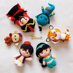 Apostila Aladdin Pocket. Adquira a sua na loja oficial (clique em visitar ou acesse www.timart.com.br) Cute Crafts, Crafts To Do, Felt Crafts, Felt Patterns, Stuffed Toys Patterns, Amigurumi Patterns, Disney Diy, Disney Crafts, Felt Finger Puppets