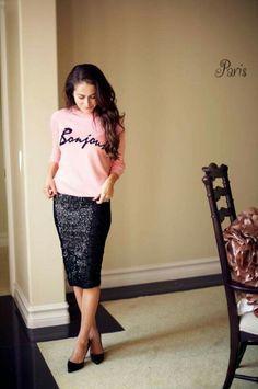 Outfit con falda lapiz brillosa