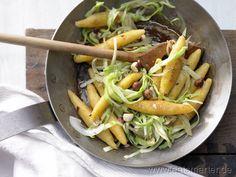 Möhren-Schupfnudeln mit Haselnüssen und Weißkohl