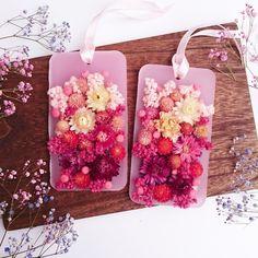 ご覧頂きまして誠にありがとうございます。スクエアの世界からピンクの花束のようなお花たちが彩る、とても可愛いフレグランスオブジェの love oblong sachet が出来ました。ピンクのグラデーションのようなヘリクリサムや千日紅、クリスパムたちがふんわり甘く彩ります。iphone6 plus と同じ大きさです。‣ Fragranceラベンダー‣ Detail縦15.5cm 横8.5cm / 高さ1cm+flower‣ Attentionハンドメイドのお品物でございますので、完璧でない事をご理解頂いた上でご購入頂きますようお願い致します。 また、お使いのモニター環境によりお写真と実物のお色味等が異なる場合がございますがご了承ください。日光に長時間あてないようにすると長く綺麗なお色を保てます。取り扱いには十分にお気を付けて、当店のサシェをお楽しみください。
