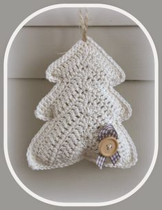 Use a bigger hook/ thicker yarn and make pillows Hip & Kneuterig: Kerstboompjes haken! Christmas Crochet Patterns, Crochet Christmas Ornaments, Holiday Crochet, Noel Christmas, Christmas Knitting, Crochet Home, Crochet Motif, Diy Crochet, Crochet Crafts