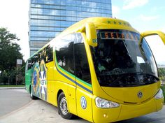 """""""Lotado! O Brasil inteiro está aqui dentro!"""", frase estampada no ônibus da seleção na Copa da África do Sul 2010."""