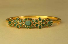 #pintrest@Dixna deol Emerald Jewelry, Gold Jewelry, Jewelery, Gold Bangles, Bangle Bracelets, Gold Earrings, Diamond Bangle, Temple Jewellery, Indian Jewelry