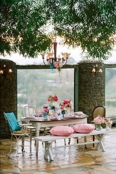 NgLp Designs shares Things We Love. outdoor living with a classy table setting al fresco! An eclectic mix of styles, pattern and textures Outdoor Rooms, Outdoor Dining, Outdoor Gardens, Outdoor Furniture Sets, Outdoor Decor, Outdoor Seating, Al Fresco Dining, Decoration Table, Interior Exterior