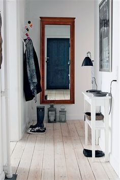 I can't get enough of painted white wood floors - fliesen. Home Interior, Interior And Exterior, Decoration Hall, Hall Mirrors, Entry Hallway, Garage Entry, White Hallway, Hallway Mirror, Door Entryway