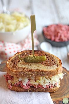 You're going to love this vegan reuben jackfruit sandwich. It is packed with corned jackfruit, crunchy sauerkraut, and tangy Thousand Island dressing on toasted marbled rye. It's a flavor-packed lunch or dinner that truly delivers. Sandwich Bar, Roast Beef Sandwich, Vegan Reuben Sandwich Recipe, Healthy Sandwiches, Jackfruit Recipes, Tofu Recipes, Detox Recipes, Vegan Foods, Vegan Recipes
