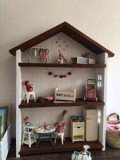 Drewniany domek wykonany ręcznie, wys.110cm,szerokośc półki w środku 70cm. głębokość 20cm.  Wykonany z drewna świerkowego. Istnieje możliwość zmiany koloru.  cena nie zawiera mebelków.