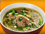 Bambusová polievka - recept na činsku polievku s mäsovými knedlíčkami a bambusovými výhonkami