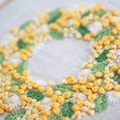 *  .  ミモザとマーガレットのリース  .  黄色いボンボンが可愛いです♪  .  .  #刺繍#手刺繍#ステッチ#手芸#embroidery#handembroidery#stitching#needlework#자수#broderie#bordado#вишивка#stickerei