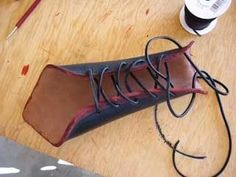Leather bracer tutorial (including how to finish leather edges) - really awesome, especially the patterning and edging. Perfect for archery wrist guard Costume Tutorial, Cosplay Tutorial, Cosplay Diy, Cosplay Costumes, Leather Bracers, Leather Tooling, Leather Bags, Steampunk Costume, Steampunk Diy