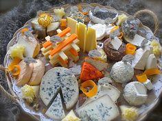 Une présentation de fromages simple mais avec beaucoup de goûts et de jolies couleurs. Réépinglé par www.raviday-fromage.com