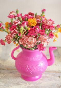 What a sassy pink teapot & flower arrangement!