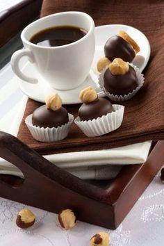 Artes Design coffee with chocolates Coffee Vs Tea, Coffee And Books, Coffee Cafe, I Love Coffee, Coffee Break, Coffee Drinks, Morning Coffee, Black Coffee, Irish Coffee