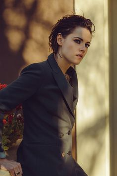 Kristen Stewart in a Gorgeous Fashion - 157 Kristen Stewart Cheveux Courts, Kristen Stewart Short Hair, Kirsten Stewart, Pretty People, Beautiful People, Style Masculin, Keratin, New York Times, Ny Times