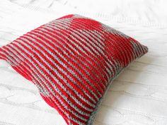 schattenstricken | Und da das Kissen nur für mich ist und absofort mein Sofa ziert ... Crochet Home, Knitting Stitches, Handmade Pillows, Bed Covers, Crochet Projects, Illusions, Knitting Patterns, Bed Pillows, Weaving