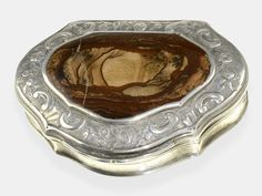 fine, early english snuffbox, dated 1749 approximate 74 × 56 × 27 mm, silver, attic monogrammed and dated 1749, cap with decorative original Use from moss agate, fine crazing, inside gold plated, masters hallmark P. W., rare. Dealer Karl-Heinz Cortrie GmbH Auction Minimum Bid: 350.00 EUR