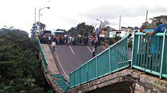 Puente de Vargas tiene fallas hace años Desde hace dos años el puente Guanape II en Vargas, venía presentando irregularidades  que fueron denunciadas por diferentes medios informativos  Twittear  http://wp.me/p6HjOv-2YS ConstruyenPais.com