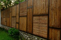 Front yard fencing ideas can help you build safety and privacy for your house as it also plays an important role in landscape decoration. Bamboo Trellis, Bamboo Wall, Bamboo Fence, Backyard Retreat, Backyard Landscaping, Cerca Natural, Bamboo House Design, Casas Containers, Bamboo Architecture