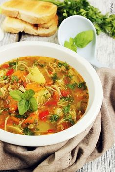 Supa Minestrone - Pasiune pentru bucatarie- Retete culinare Italian Soup Recipes, Italian Dishes, Real Food Recipes, Great Recipes, Healthy Recipes, Soup And Sandwich, Soup And Salad, Clean Eating Recipes, Soups And Stews