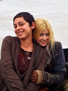 On the set of the Scorch Trials! On the right is Katherine McNamara as Sonya & on the left is Rosa Salazar as Brenda. Maze Runner Funny, Maze Runner The Scorch, Maze Runner Cast, Maze Runner Movie, Katherine Mcnamara, Rosa Salazar, Maze Runner Trilogy, Maze Runner Series, The Scorch Trials