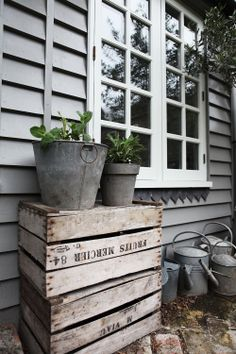Stacking planters on old crates. Outdoor Spaces, Outdoor Living, Outdoor Decor, Rustic Outdoor, Casa Pop, Deco Champetre, London House, Exterior Colors, Ikebana