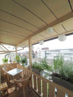 Schöner Holzbalkon mit Sitzgelegenheit, grüner Bepflanzung und romantischer Lampiongirlande. Wohnen in Stuttgart.  #Stuttgart #Balkon #balcony