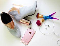 Inspiração: bota cano curto com salto metalizado, pincel unicórnio e iPhone 6s rose gold. Veja looks com a bota aqui 👉🏻 http://www.vestidoetenis.com/2017/04/modelos-de-botas-para-esquentar-o-seu.html?m=1