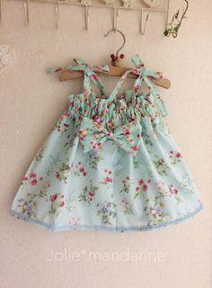 ブルー(水色)ベースにビオラやストロベリーのお花柄プリントとミントグリーンのローズプリントを合わせてお作りしたリボン付き4ウェイワンピース&スカートです。ワンピースにした時に肩紐の長さを調節出来ますのでお子様の成長に合わせて長くご着用いただけます。紐を中...