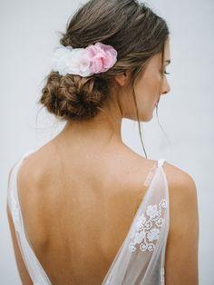 Feine kleine Haarblüten aus Organazaseide für die Brautfrisur von bellejulie.de