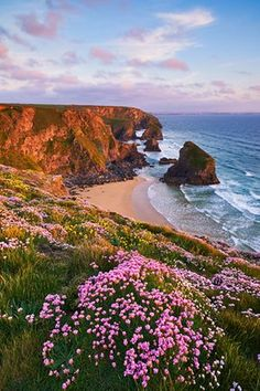 Great country walks: Bedruthan, Cornwall - Springtime colour on the cliffs over Bedruthan Steps. Places To Travel, Places To See, Places Around The World, Around The Worlds, Wonderful Places, Beautiful Places, Landscape Photography, Nature Photography, Photography Tips