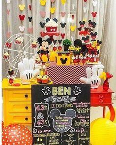Mesversário lindo do Benjamin, filho da @gracekaneblai, com o tema mais pedido, Mickey! Adoro os móveis coloridos e o painel de Mickeys. Por @luciaranovaeseventos ❤️ #kikidsparty